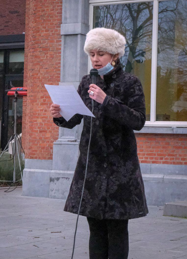 stadsdichter Maud Vanhauwaert houdt grafrede voor het motorblok