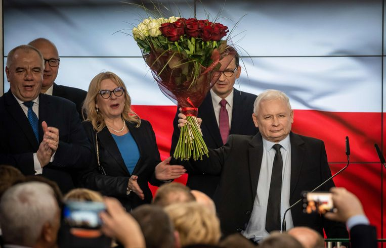Partijleider Jaroslaw Kaczynski (r.) en premier Mateusz Morawiecki (achter Kaczynski) gisteren tijdens hun overwinningsfeest.
