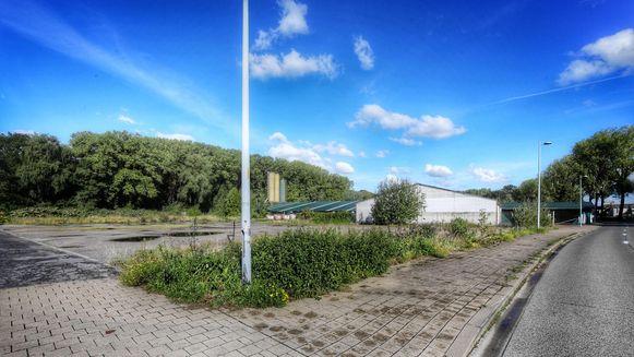 Op dit terrein zal het nieuwbouwcomplex verrijzen.