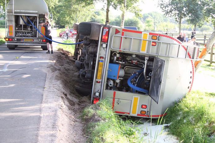 De melk uit de gekantelde tankwagen in Lunteren wordt overgepompt.