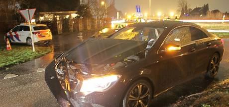 Automobilist met onbekend letsel naar ziekenhuis na botsing in Deventer