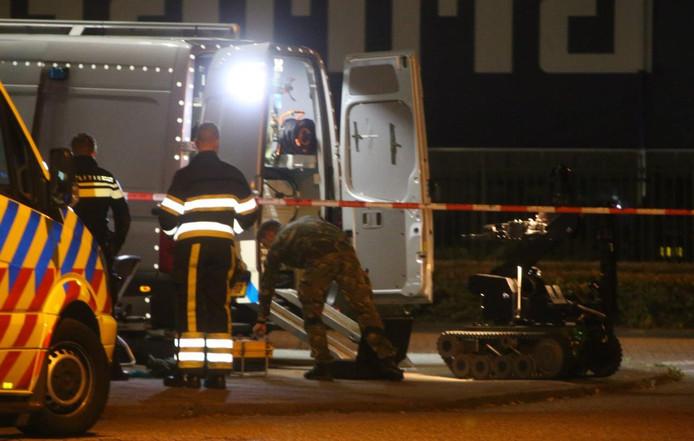 Explosieven OpruimingsDienst onderzoekt verdacht pakketje in Den Bosch.