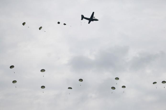 Om 14.00 uur sprongen de parachutisten alsnog boven Ede.
