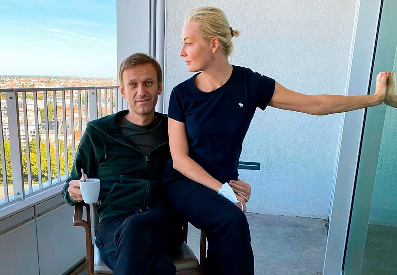 Navalny en zijn vrouw Yulia op het balkon van zijn kamer in het Duitse Charité ziekenhuis in Berlijn.