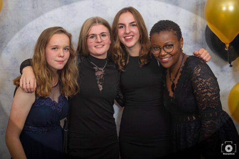 De vriendinnen van Florence bezorgden ons deze foto. Florence staat uiterst rechts. Het beeld werd op het galabal van Sint-Hubertus gemaakt.