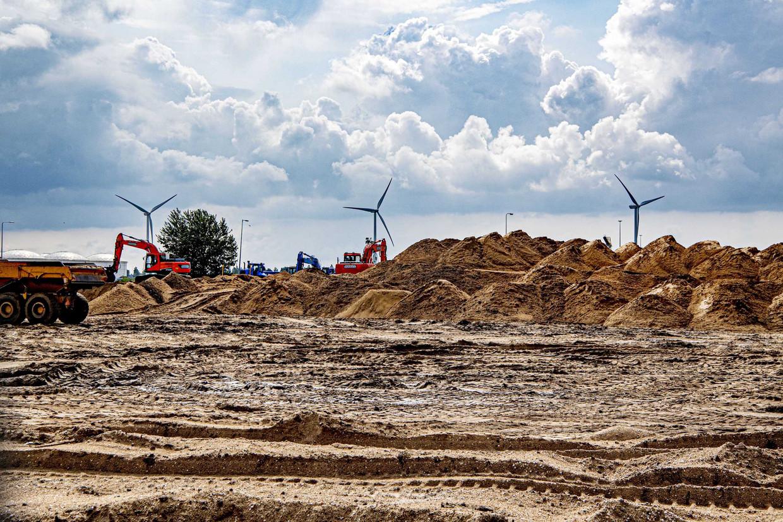 De bouw van een slibdepot is stilgelegd na bezwaren van bedrijven over toekomstige stankoverlast.
