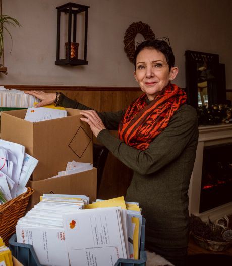 Eenzame Daniëlle (59) in tranen dankzij 10.000 kaarten van over de hele wereld: 'Ik vind dit zó bijzonder'