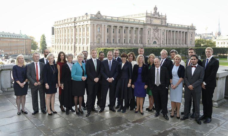 De nieuwe Zweedse regering poseert voor het parlementsgebouw in Stockholm. Beeld ap