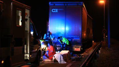Foutgeparkeerde vrachtwagen met zware gevolgen: bromfietser ziet oplegger te laat en raakt zwaargewond