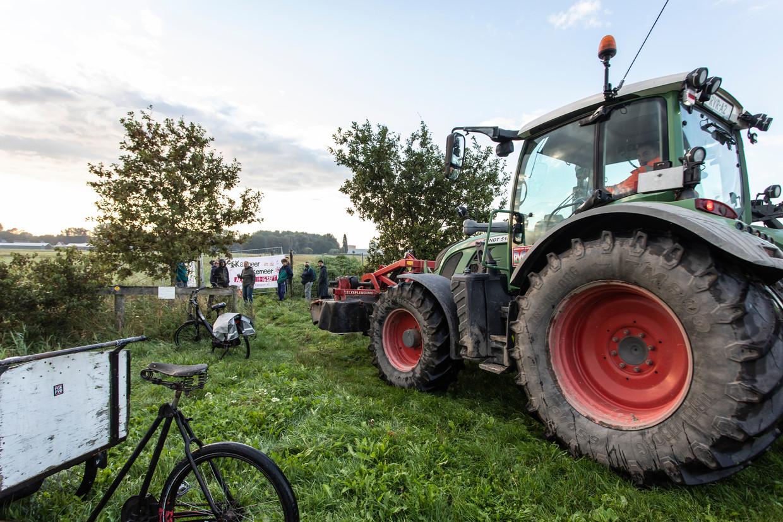 Amsterdam start de voorbereidende werkzaamheden voor de bouw in de Lutkemeerpolder. Actievoerders proberen de start tegen te houden door de toegangswegen naar het stuk land te blokkeren.