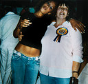 Glennis Grace met haar moeder. Datum onbekend.