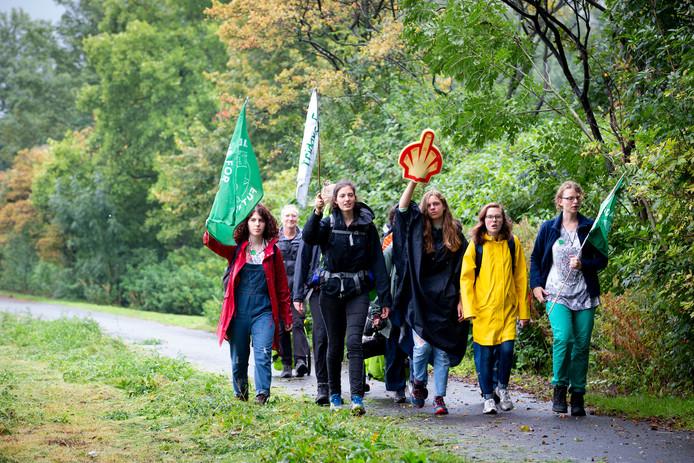 De Wageningse scholieren Jesse (14), Lola (15), Linda (18), Dana (17) en Ianthe (16) zijn afgelopen week te voet naar de Tweede Kamer in Den Haag getrokken om bij het klimaatprotest te zijn. Onderweg spraken ze met bewoners, scholen, kerken, boeren en wethouders over de klimaatcrisis. Deze foto is van gisteren, toen waren ze in Zoetermeer.