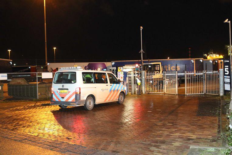 Politie en ambulances in de Vulcaanhaven in Vlaardingen. Beeld null