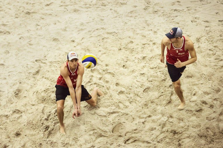 Het Nederlandse beachvolleybalduo Alexander Brouwer en Robert Meeuwsen wordt gesponsord door Red Bull. Beeld Red Bull Mediahouse