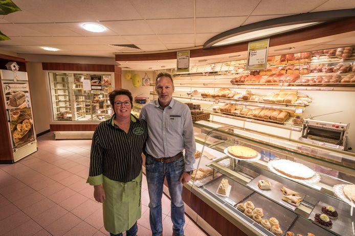 Milène en Eric van Dinter in hun bakkerij in Bergeijk, die gaat sluiten.