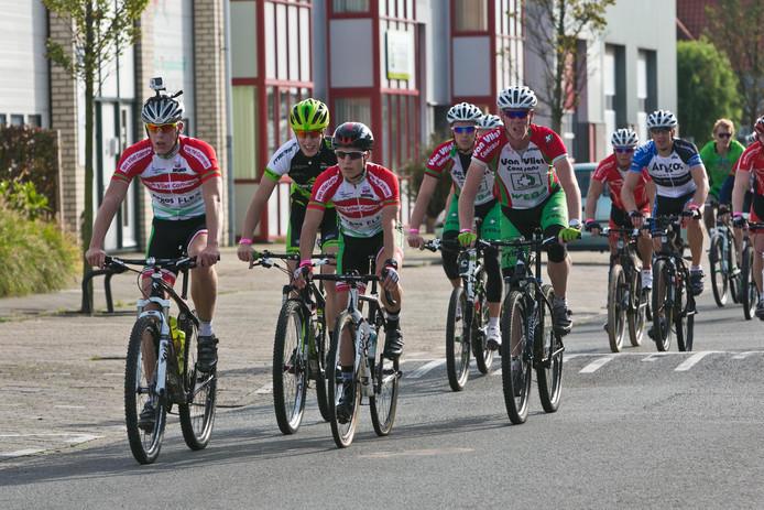 De Oranjesluistocht was het fietsonderdeel van de Wollebrandcross. Toen dat evenement in 2015 stopte, ging de fietstocht als zelfstandig onderdeel verder als Oranjesluistocht.
