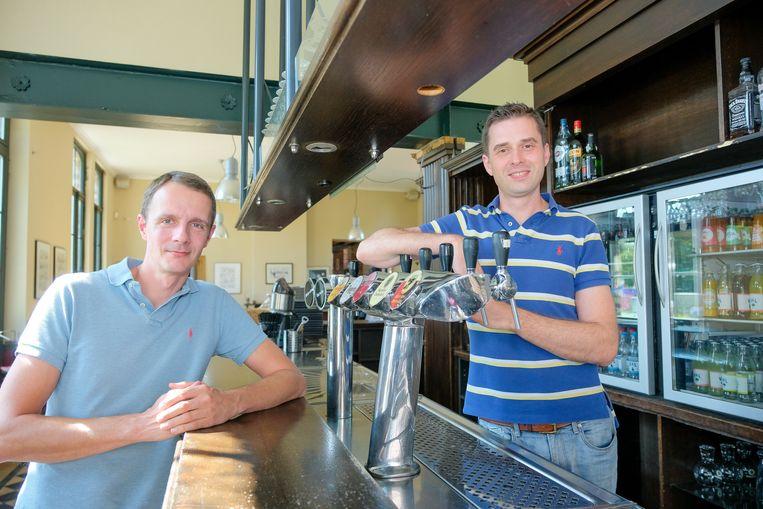 Jan Didden (rechts) staat sinds dinsdag achter de toog van het Nerocafé.
