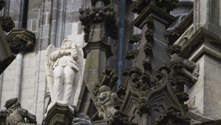 De engel op de Sint Jan uitgerust met mobiele telefoon. Beeld ANP