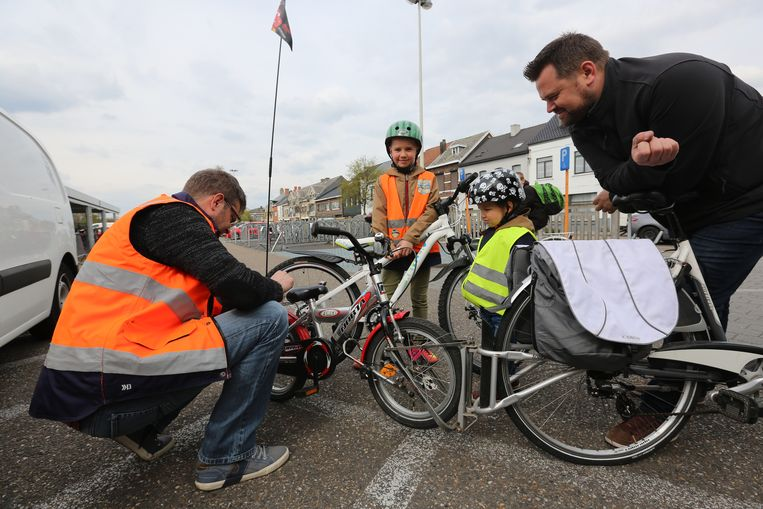 Enkele kinderen laten hun fiets graveren.