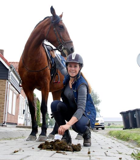 Bordjes in paardenpoep: 'Ik kom het zo opruimen, groetjes Mandy'