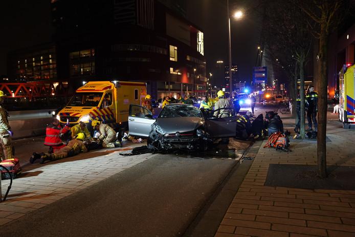 De auto is volledig verwoest. De drie kinderen die in het voertuig zaten zijn als eerste naar het ziekenhuis gebracht.