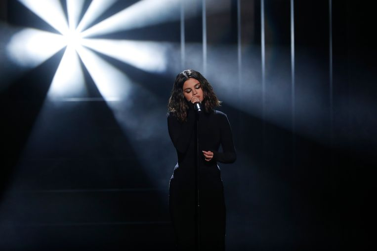 Selena brengt 'Lose You To Love Me'.