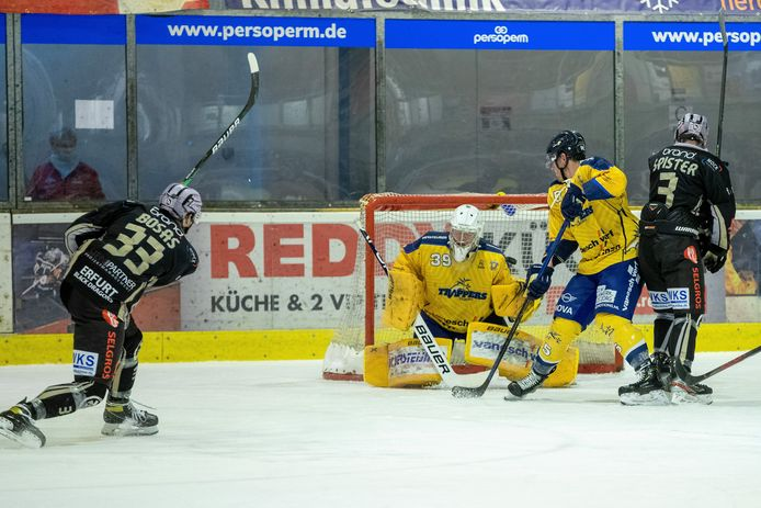 Black Dragons Erfurt-aanvaller Arnoldas Bosas neemt het doel van Trappers-goalie Ian Meierdres onder vuur.