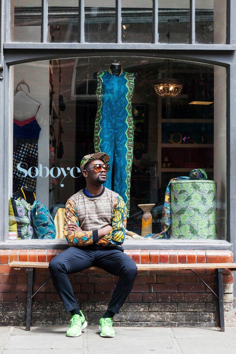 Samson Soboye voor zijn winkel in Shoreditch. Beeld