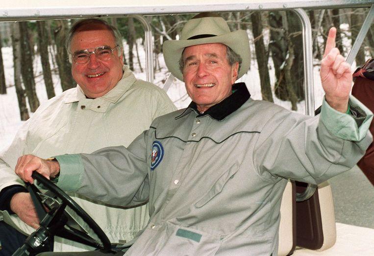 Maart 1992, George Bush bondskanselier Helmut Kohl in een golfcart bij buitenverblijf Camp David. Beeld AFP