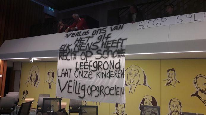 Spandoek van bewoners van de Bethaniënstraat in Arnhem in de raadzaal.