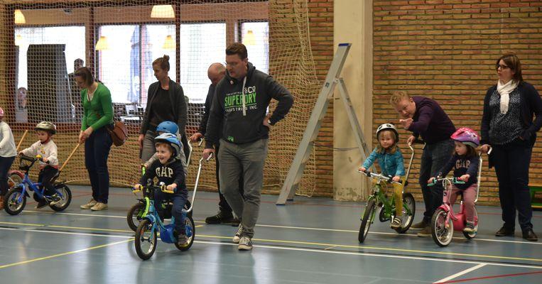 Kinderen leren fietsen zonder steunwieltjes in Wemmel