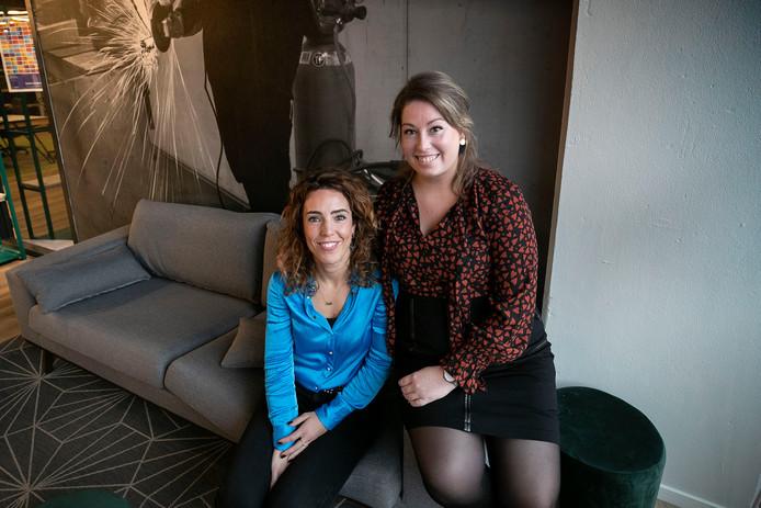 Geertje Opstals (links) en Tessy Willems leren internationale kenniswerkers eerst flirten voordat ze een datingavond voor hen organiseren.
