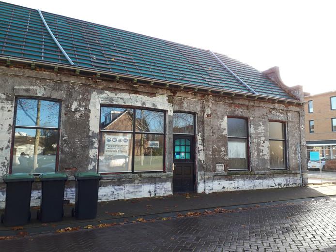 Het ruim honderd jaar oude horecapand aan de Stationsstraat 70 maakt mogelijk plaats voor een appartementencomplex.