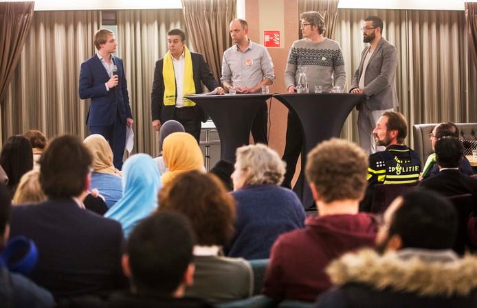 Het politiek debat in Transvaal: vlnr Rachid Guernaoui (gele sjaal, Groep de Mos), Frans de Graaf (VVD), Arjen Kapteijns (GroenLinks), Cemil Yilmaz (Nida).