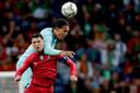 Van Dijk in duel met Ronaldo.