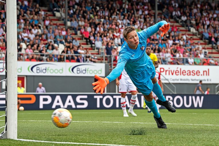 Kjell Scherpen is kansloos op de rebound van Oussama Idrisi, het staat 1-2 voor AZ. Beeld