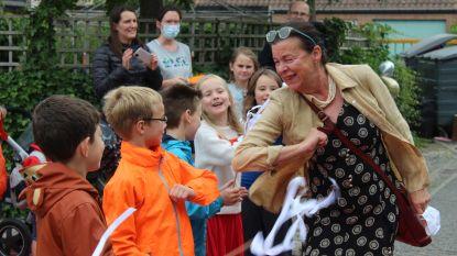"""Juf Rita De Vlieger sluit na 41 jaar haar klasje: """"Een knuffel mag niet. Dan maar een elleboogje"""""""