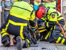 Kindje zit klem in kettingkast van fiets, brandweer springt te hulp