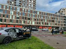 Dure BMW met Duits kenteken knalt met hoge snelheid tegen lantaarnpaal in Oudenoord