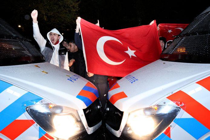 Afgelopen donderdag werd gedemonstreerd tegen de inval van Turkije in Noord-Syrië, pro-Erdogan demonstranten hielden daarbij een tegendemonstratie die uit de hand liep.