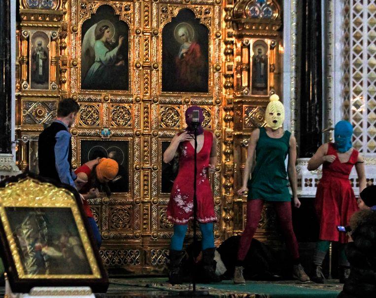 De Russische punkband Pussy Riot tijdens hun optreden in de Christus de Verlosser-kathedraal in Moskou op 21 februari 2012. Beeld AP