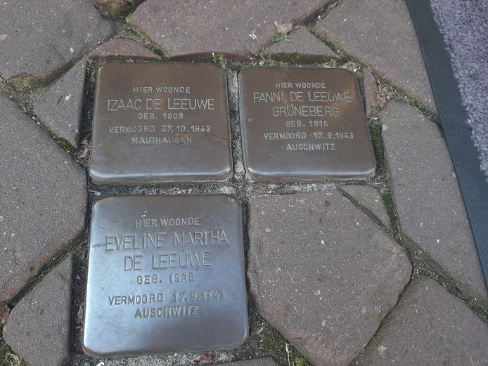 Stolpersteine voor de Luttekestraat 40 in Zwolle, waar de familie De Leeuwe werd opgepakt en weggevoerd.