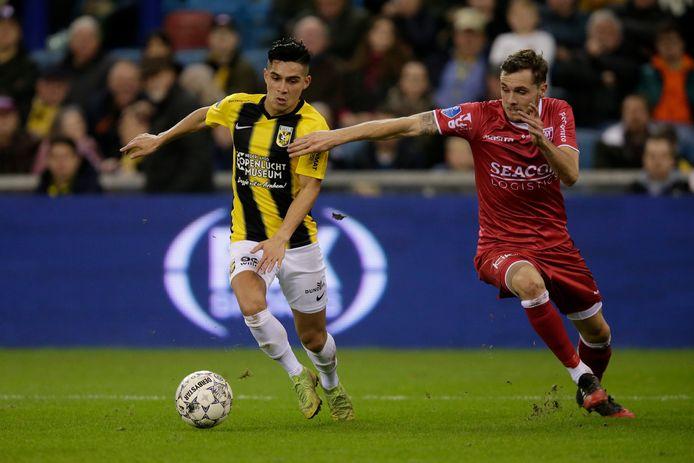Navarone Foor (links) in het shirt van Vitesse.