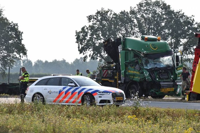 Een van de vrachtauto's raakte zeer zwaar beschadigd.