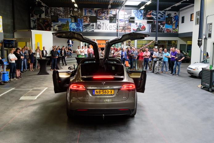 Tijdens de opening van De Garage liet een Tesla zijn lampen knipperen op de maat van de muziek.