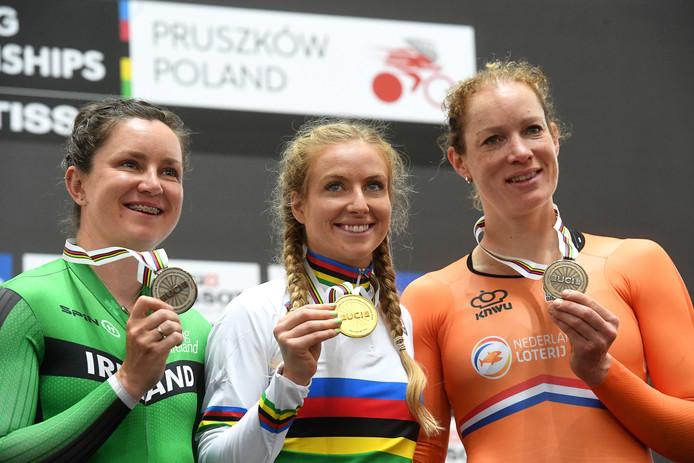 Kirsten Wild (r) met haar vierde WK-medaille na de puntenkoers. Het goud was voor Alexandra Manly, de Ierse Lydia Boylan won zilver.