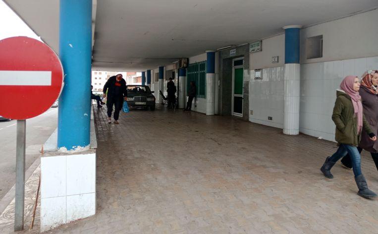 Het Hassani ziekenhuis in de Marokkaanse stad Nador, waar de lichamen van 16 slachtoffers van de schipbreuk momenteel opgebaard liggen.