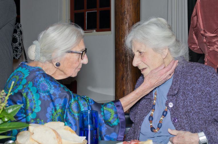 Tine Boeke samen met haar vriendin Riete Gompertz met wie ze samen in het verzet zat.  Beeld Dana Ploeger
