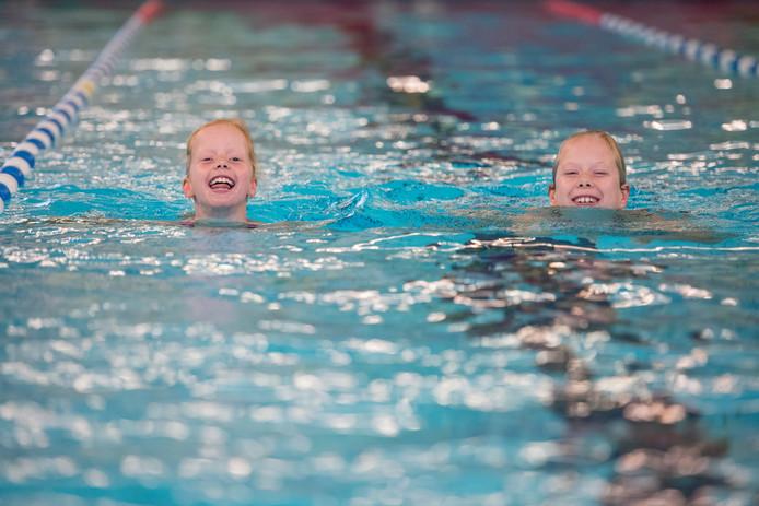 Zwemmen is voor de Hellendoornse jeugd zo gewoon, voor kinderen van vluchtelingen ligt dat echter compleet anders.