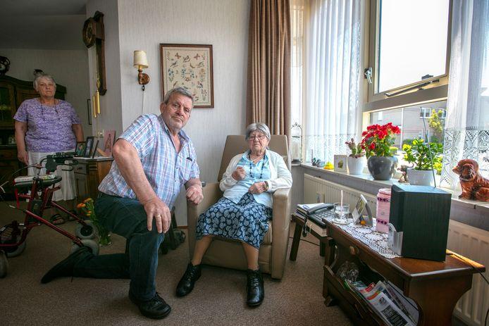 Marinus Mans en zijn echtgenote maken zich zorgen over (schoon)moeder Areke van Brakel, nu haar alarmknop niet werkt.